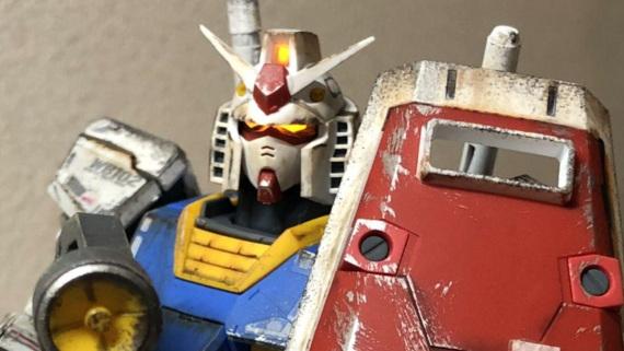 Un père surprend son fils avec des compétences secrètes de mannequin Gundam